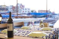 Fles wijn met picturequemening van Kyrenia-haven in Cyprus royalty-vrije stock afbeeldingen