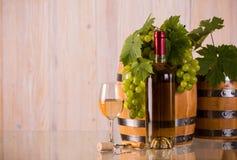 Fles wijn met vatendruiven en grapeleaves Stock Foto's