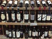 Fles wijnen die bij opslag verkopen Stock Foto's