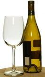 Fles wit chardonnay wijn en glas Stock Foto's