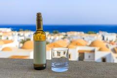 Fles witte wijn met leeg etiket Stock Afbeeldingen