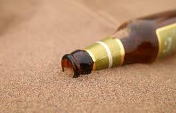 Fles in woestijn Royalty-vrije Stock Afbeeldingen