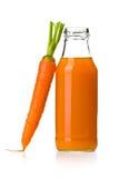 Fles wortelsap met wortel Stock Foto's