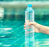 Fles zuiver water Royalty-vrije Stock Foto's
