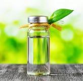 Flesje vloeistof op aardachtergrond Stock Fotografie