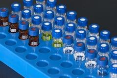 Flesjes op rek Stock Afbeeldingen