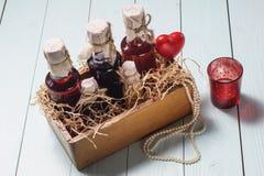 Flessen alcoholische drank in een houten doos Stock Foto