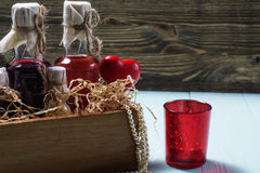 Flessen alcoholische drank in een houten doos Royalty-vrije Stock Fotografie