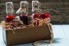 Flessen alcoholische drank in een houten doos Royalty-vrije Stock Afbeeldingen