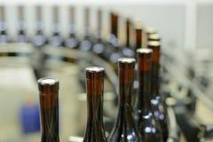 Flessen bij Productielijn Stock Afbeelding