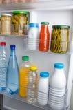 Flessen binnen de deur van een ijskast Royalty-vrije Stock Afbeeldingen