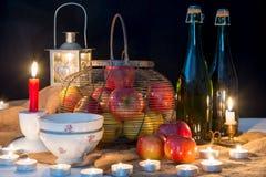 Flessen cider en appelen van Normandië voor Kerstmis Stock Foto's