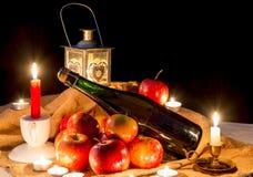 Flessen cider en appelen van Normandië voor Kerstmis Stock Afbeelding