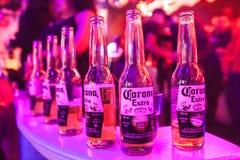 Flessen Coronabier royalty-vrije stock fotografie