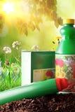 Flessen en containers van het tuinieren producten in aardzonlicht Royalty-vrije Stock Afbeeldingen
