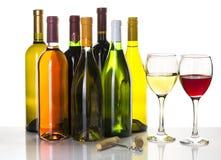 Flessen en glazen rode en witte wijn Stock Afbeeldingen