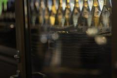 Flessen geesten en alcoholische drank bij de staaf stock fotografie