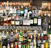 Flessen geesten en alcoholische drank bij de staaf royalty-vrije stock fotografie