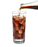 Flessen gietende cokes in drankglas met Geïsoleerde ijsblokjes Royalty-vrije Stock Afbeelding