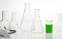 Flessen in het chemische laboratorium royalty-vrije stock afbeeldingen