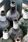 Flessen in krat stock fotografie