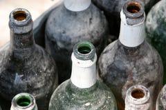 Flessen in krat stock afbeelding