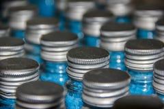 Flessen met blauw overzees zout worden gevuld dat Royalty-vrije Stock Foto
