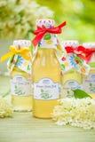 Flessen met elderflowerstroop Stock Foto's