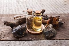 Flessen met emulsie, stenen en houten details Geheim, esoterisch, waarzegging en wiccaconcept Mysticus, oude apotheker stock afbeeldingen