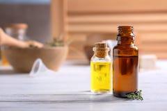 Flessen met essentiële oliën stock afbeeldingen