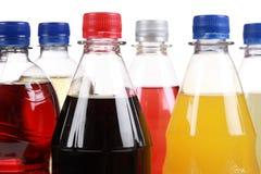 Flessen met frisdranken Stock Foto's