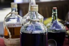 Flessen met gekleurde vloeistof stock foto's