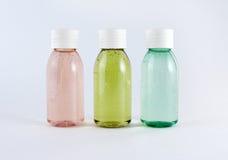 Flessen met gekleurde vloeistoffen stock afbeeldingen