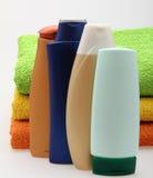 Flessen met handdoeken stock fotografie