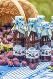 Flessen met kruidige pruimsaus Stock Foto's