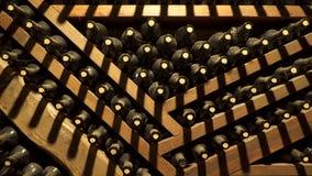 Flessen met oude wijn De kelder van de wijn stock videobeelden