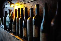 Flessen met oude wijn in een kelder Royalty-vrije Stock Fotografie