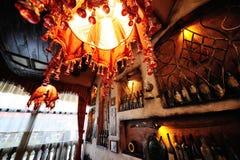 Flessen met oude wijn in een kelder Stock Foto's
