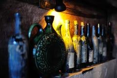 Flessen met oude wijn in een kelder Royalty-vrije Stock Afbeeldingen
