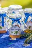 Flessen met pijnboom en citroengelei Stock Foto