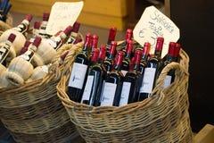 Flessen met rode droge Toscaanse wijn in een rieten mand De stadsmarkt van Florence Royalty-vrije Stock Afbeelding