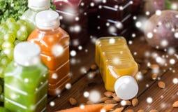 Flessen met verschillend fruit of groentesappen Royalty-vrije Stock Afbeelding