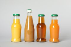 Flessen met verschillende dranken stock foto's