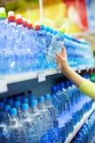 Flessen met water Royalty-vrije Stock Afbeeldingen