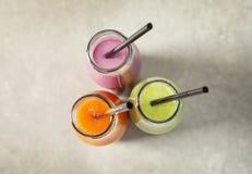 Flessen met yummy smoothie stock fotografie