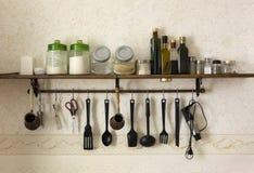 Flessen oliën, kruiken van specerijen, zout, kruiden Stock Fotografie