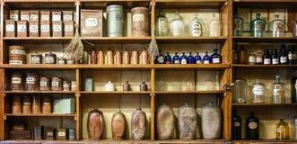 Flessen op de plank in oude apotheek royalty-vrije stock afbeeldingen