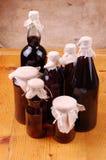 Flessen op eenvoudig hout backgrouns stock foto's