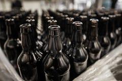 Flessen op het vullen worden voorbereid die royalty-vrije stock foto's