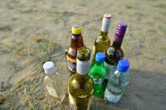Flessen op overzees strand stock foto